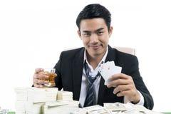 Stående för för whiskyexponeringsglas och show för rikeman den hållande vinnande intelligensen Royaltyfri Foto