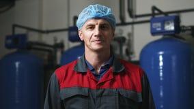 Stående för fabriksarbetare Industriell man som ser kameran Branschmanstående stock video
