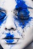 Stående för flicka för modemodell med färgrikt pulversmink kvinnan med ljus blå makeup och vit flår Abstrakt fantasi arkivfoto