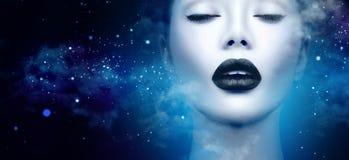 Stående för flicka för modemodell med svart makeup arkivfoto
