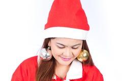 Stående för framsida för härligt för Santa Claus för ung kvinna slut hatt övre Är Arkivfoton