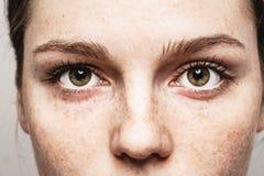 Stående för framsida för kvinna för fräknar för ögonkvinna ung härlig med sund hud royaltyfri bild