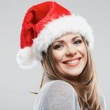 Stående för framsida för härligt för Santa Claus för ung kvinna slut hatt övre Royaltyfria Bilder