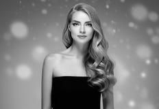 Stående för framsida för snö för skönhetkvinnavinter Härlig brunnsortmodellflicka Royaltyfri Bild