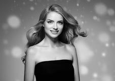 Stående för framsida för snö för skönhetkvinnavinter Härlig brunnsortmodellflicka Royaltyfri Fotografi
