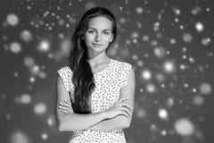 Stående för framsida för snö för skönhetkvinnavinter Härlig brunnsortmodellflicka Royaltyfria Bilder