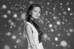 Stående för framsida för snö för skönhetkvinnavinter Härlig brunnsortmodellflicka Fotografering för Bildbyråer
