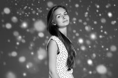 Stående för framsida för snö för skönhetkvinnavinter Härlig brunnsortmodellflicka Arkivbilder