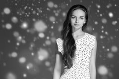 Stående för framsida för snö för skönhetkvinnavinter Härlig brunnsortmodellflicka Royaltyfri Foto