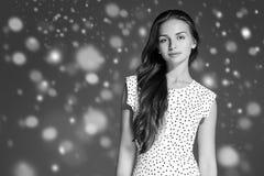 Stående för framsida för snö för skönhetkvinnavinter Härlig brunnsortmodellflicka Arkivfoto