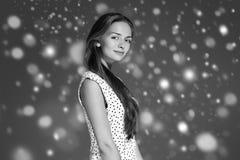 Stående för framsida för snö för skönhetkvinnavinter Härlig brunnsortmodellflicka Royaltyfria Foton