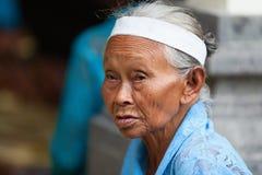 Stående för gamla kvinnor för Balinese Royaltyfri Foto