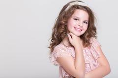 Stående för härligt barn, liten flicka som ler, studio Royaltyfri Fotografi