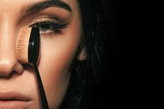 Stående för högt mode av den eleganta kvinnan Sexig kvinna med trendig makeup med fundamentborsten royaltyfri bild