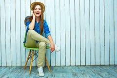 Stående för Hipsterstilkvinna lyckligt leendekvinnabarn Royaltyfri Bild