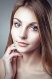 Stående för hud för glamourmoderengöring av den härliga unga kvinnan arkivbilder