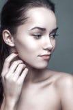 Stående för hud för glamourmoderengöring av den härliga unga kvinnan Royaltyfria Foton