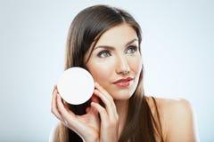 Stående för kvinna för framsida för hudomsorg pärlor för blå för begrepp för bakgrundsskönhet blir grund naturliga over för behål Royaltyfri Bild