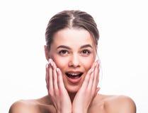 Stående för kvinna för skönhetmode förvånad Den härliga modellflickan med perfekt smink gick ut och att skrika och öppnar och skv Arkivfoto