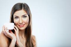 Stående för kvinna för framsida för hudomsorg pärlor för blå för begrepp för bakgrundsskönhet blir grund naturliga over för behål Royaltyfria Foton