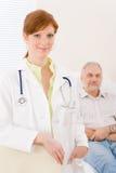 stående för läkare för doktorskvinnligkontor patient Arkivfoto