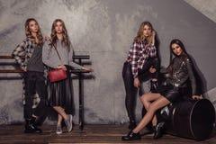 Stående för längd för flicka för fyra modemodeller full i tillfällig kläder Arkivbilder
