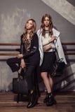 Stående för längd för flicka för två modemodeller full i tillfällig kläder Royaltyfri Foto