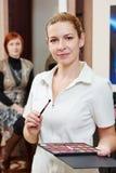 Stående för makeupkonstnär i skönhetsalong Arkivbilder