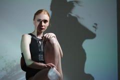 Stående för modekonststudio av den eleganta nakna damen med skugga på hennes kropp arkivfoton