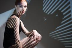 Stående för modekonststudio av den eleganta nakna damen med skugga på hennes kropp royaltyfri fotografi