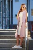 Stående för modeshoppingflicka Flicka i solglasögon Royaltyfri Fotografi