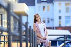 Stående för modeshoppingflicka härlig flickasolglasögon le kvinna Royaltyfri Fotografi