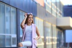 Stående för modeshoppingflicka härlig flickasolglasögon le kvinna Arkivfoton