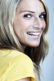 Stående för närbildskönhetframsida av en blond kvinna royaltyfria foton