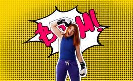 Stående för popkonst av en kvinna i boxninghandskar royaltyfri foto