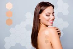 Stående för sikt för närbildprofilsida av den trevliga brunn-ansade attraktiva näcka nakna damen som trycker på slätt prickfritt  arkivfoton