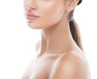 Stående för skönhet för kvinna för skuldrahalskanter Isolerat på vit royaltyfria bilder