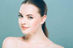 Stående för skönhetkvinnaframsida Härlig brunnsortmodellflicka med perfekt ny ren hud background card congratulation invitation royaltyfria bilder