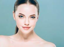 Stående för skönhetkvinnaframsida Härlig brunnsortmodellflicka med perfekt ny ren hud background card congratulation invitation Arkivfoto