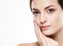 Stående för skönhetkvinnaframsida Härlig brunnsortmodellflicka med perfekt ny ren hud Isolerad vitbakgrund royaltyfria foton