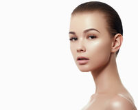 Stående för skönhetkvinnaframsida Härlig brunnsortmodellflicka med perfekt ny ren hud Le för brunettkvinnlig Royaltyfri Bild