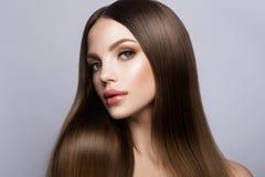 Stående för skönhetkvinnaframsida Härlig modell Girl med perfekt ny ren hud royaltyfria bilder