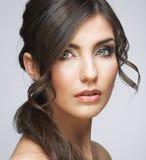 Stående för skönhetkvinnaframsida Isolerat på grå bakgrund royaltyfria foton