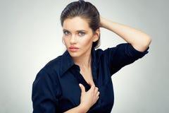 Stående för skönhetkvinnaframsida som isoleras på studiobakgrund arkivbild