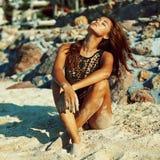 Stående för strand för ung kvinna för modestil förförisk royaltyfri bild