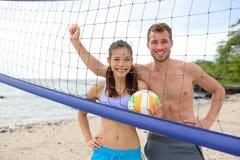 Stående för strandvolleyboll av att se för folk arkivbilder