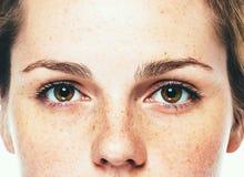 Stående för studio för ögonkvinnafräkne lycklig ung härlig med sund hud arkivbilder