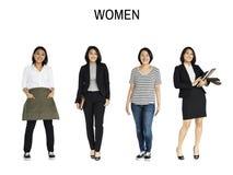 Stående för studio för asiatisk kvinnauppsättninggest isolerad stående royaltyfri foto