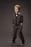 Stående för studio för barnpojkemode, smart casua för unge arkivfoto