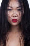 Stående för ung kvinna för vått hår asiatisk Glamourmodestil _ arkivbild